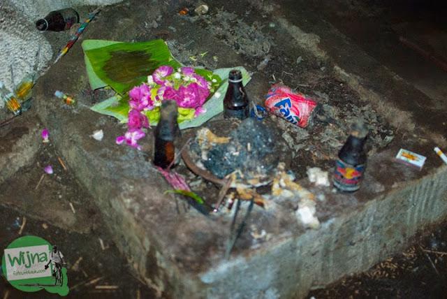 Aneka macam sesajen, sesaji, kembang, melati, arak, dupa yang ada di dalam situs petilasan Gua lawa yang bertempat di Gua Lawa di Dusun Nogosari,Selopamioro, Imogiri, Bantul, Yogyakarta