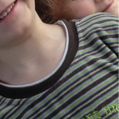 Lachende Kinder kuscheln