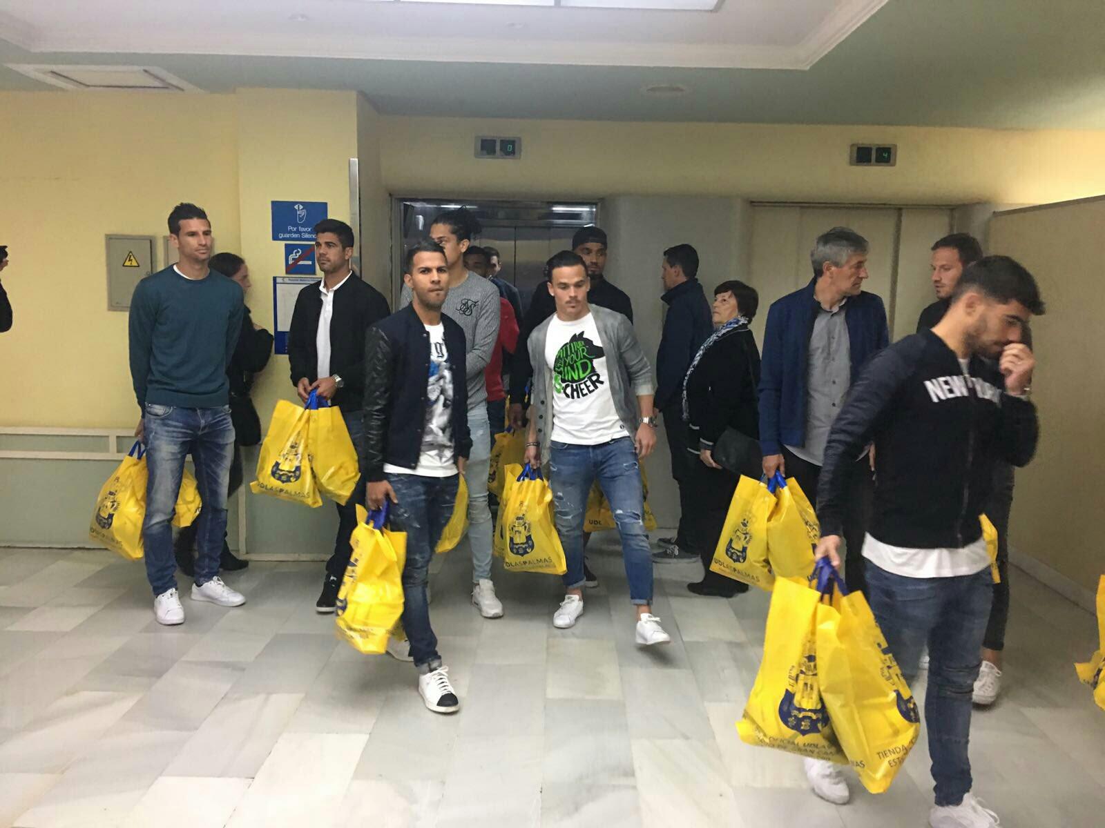 La plantilla de Las Palmas visita a los niños hospitalizados