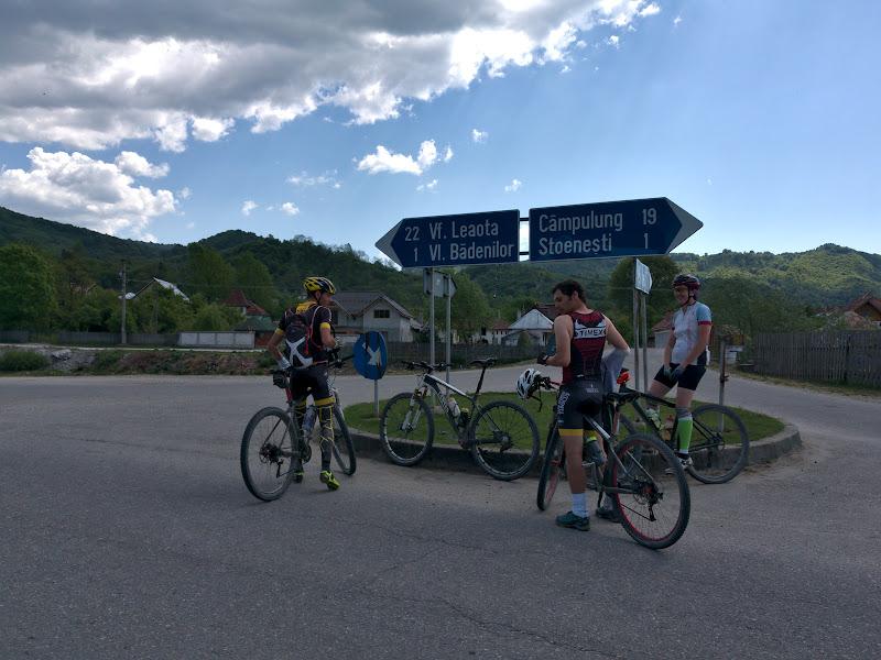 Probabil singurul indicator rutier spre un varf de munte din Romania. O urcare cinstita, de aproape 1500 de metri dintr-o singura bucata.
