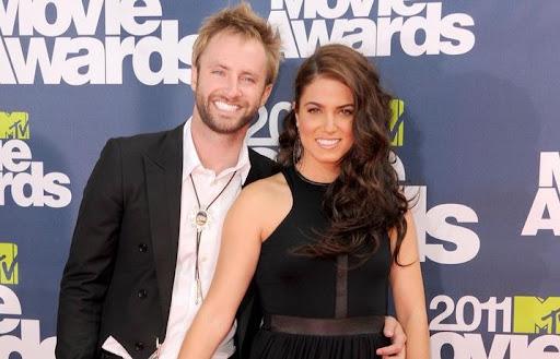 Paul McDonald e Nikki Reed estão noivos