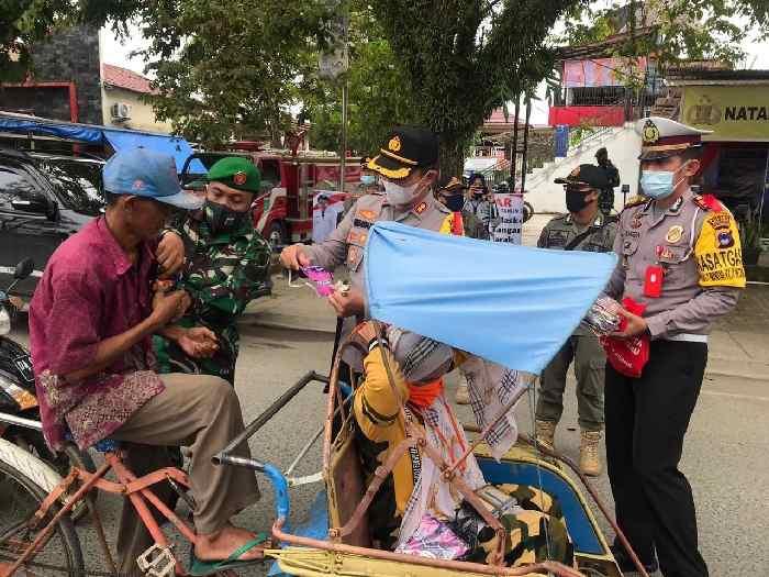 Kapolres Tanbu AKBP Himawan Sutanto Saragih memantau langsung pelaksanaan protokol kesehatan di lapangan, jelang akhir tahun. Selasa (22/12) siang tadi, ia tampak mengedukasi warga di jalan, dan memberikan masker.