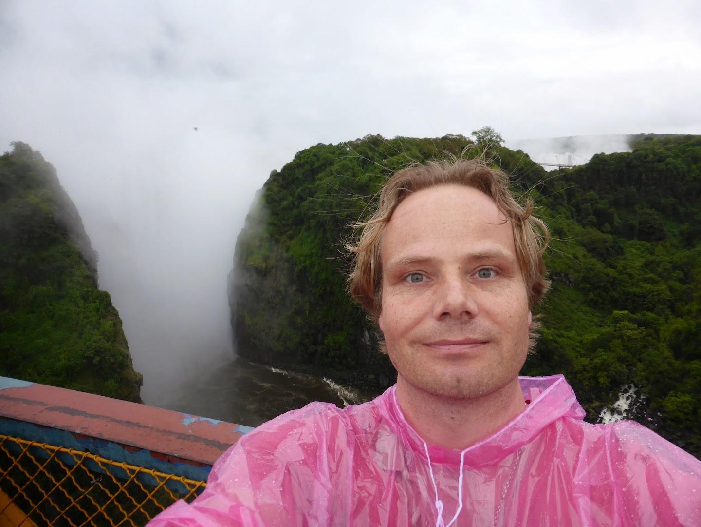 Daarachter, daar liggen de Victoria Watervallen :-)  foto op de brug