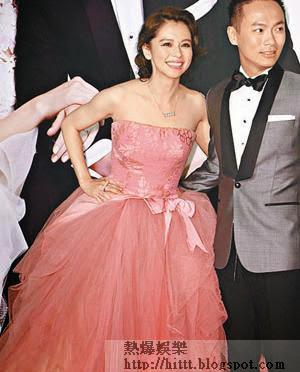 徐若瑄與老公李雲峰昨晚設歸寧宴,她戴上兩排各有五顆珍珠的飾物,寓意十全十美,更應要求咀嘴多次!