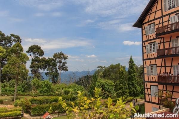 pemandangan sekitar bukit tinggi dari luar colmar tropicale