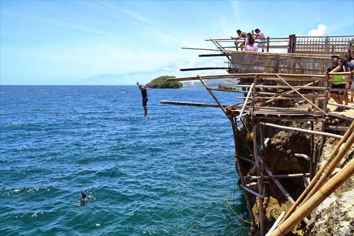 普通に足から飛び込むフィリピン人