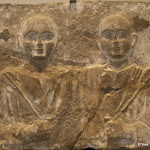 Egypte, Coptos - Stèle de membres d'une confrérerie funéraire (calcaire autrefois polychrome, époque romaine, IIe-IIIe siècle ap. J.-C.)