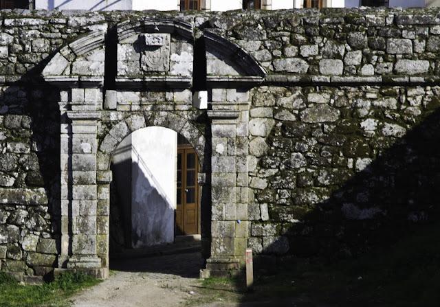 Porta na muralla de Monçao