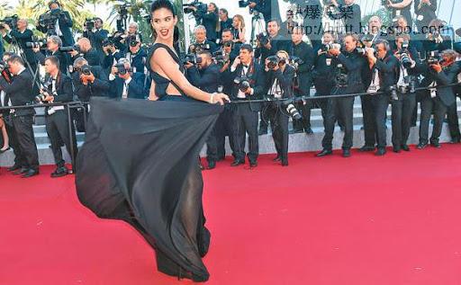 葡萄牙模特兒Sara Sampaio和荷里活藝人伊娃朗歌麗亞在《玩》片首映上爭妍鬥麗。(法新社圖片)