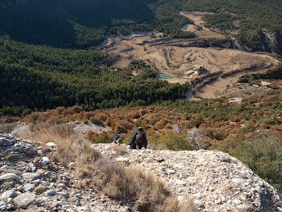 Grimpant cap al cim del Roc de les Monges