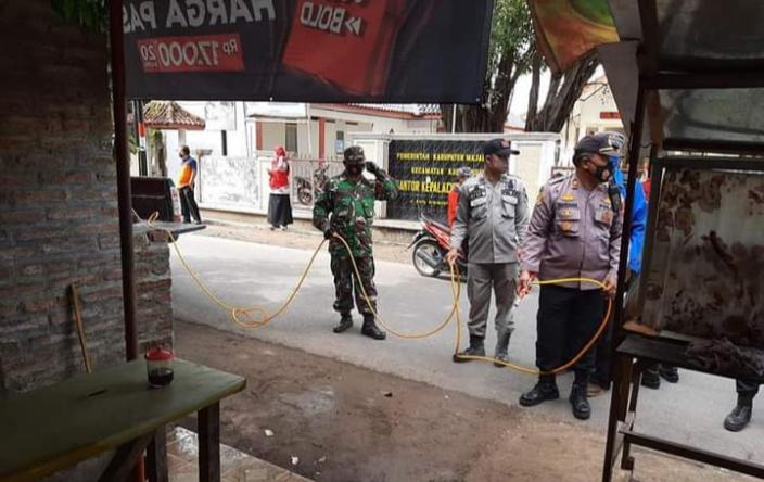 Kapolsek Kasokandel Pimpin  Penyemprotan Disinfektan di Desa Girimukti