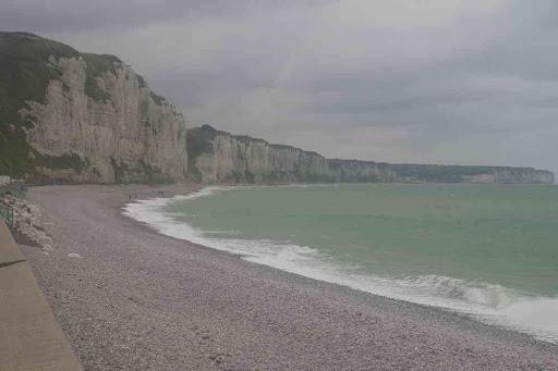 La plage de galet et les falaises de Fécamp.