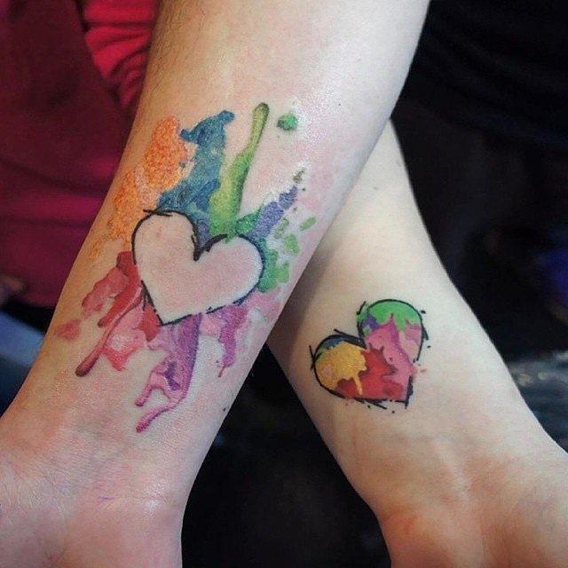 fantasia_coraço_casal_braço_tatuagens