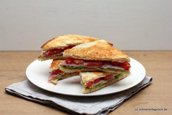 Tramezzini mit gekochtem Schinken, Salat, Tomaten und Bohnen-Aufstrich