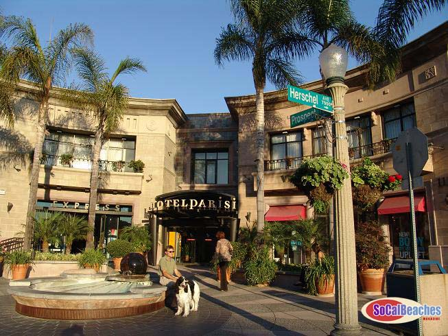 La Jolla shopping is some of the best in San Diego. Home to everything from cute boutiques to high-end brands, retail therapy includes browsing for unique souvenirs, special occasion dresses and nearly everything in between.