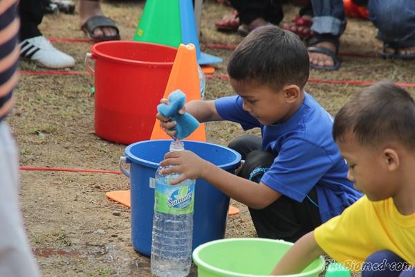Aslah menyertai acara isi air didalam botol menggunakan span