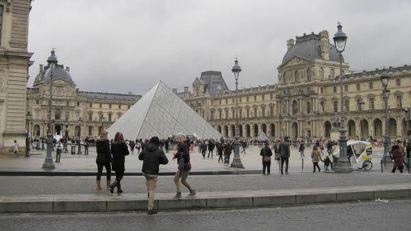 ガラスピラミッド前@ルーヴル美術館