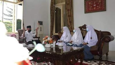 3 Siswi SMAN 1 Padang Panjang Wawancarai Gubernur Mahyeldi Tentang HAM