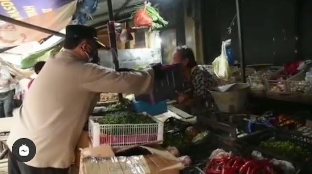 Polrestabes Bandung Bagikan Sembako di Pasar Baru Bandung