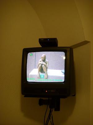 彫刻を映すテレビ
