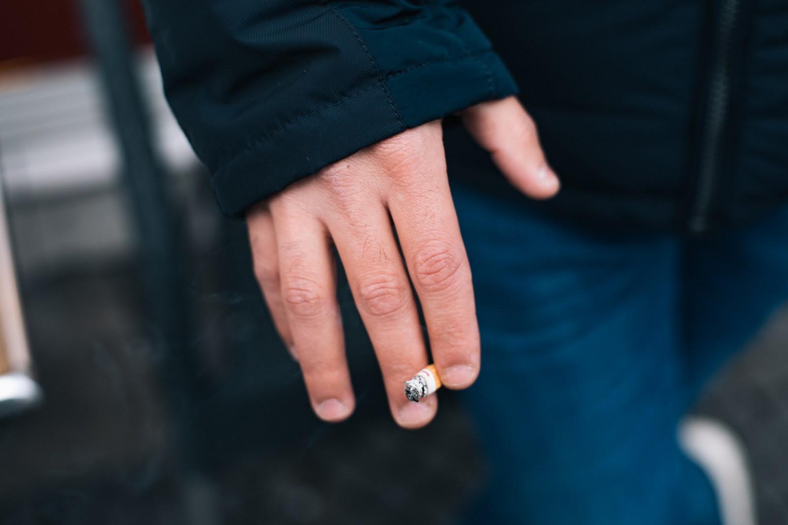 Die Hand von Ali, der eine Zigarette hält