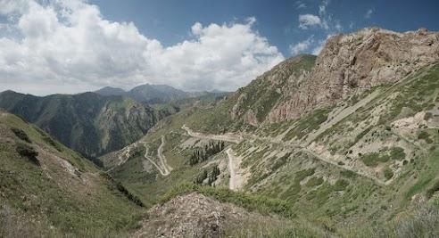 Serpentinen-Piste vom Moldo Pass ins Kurka Tal