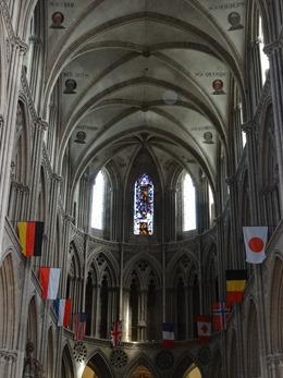 2017.06.10-063 portraits des évêques dans la cathédrale