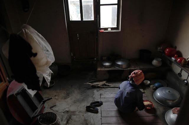 Fotografía tomada el 29 de septiembre de 2011. Mujer norcoreana prepara la comida    ©REUTERS/Damir Sagolj