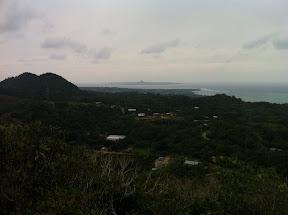頂上から西側を望む。伊江島が見える