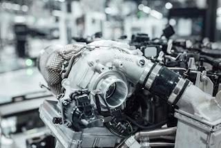 Sopra, il gruppo di sovralimentazione (turbocompressore) ad assistenza elettrica impiegato sui motori Mercedes-AMG.