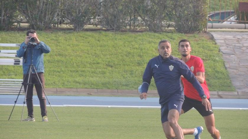 José Gomes con Chumi en el entrenamiento del Almería.