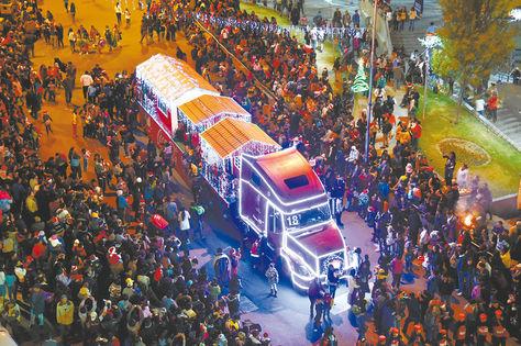 Un desfile llena de ambiente de Navidad a La Paz