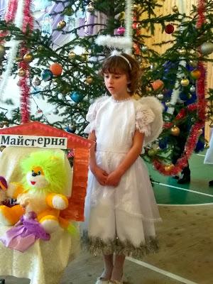 Дівчинка в ролі ангела подумки повторює роль