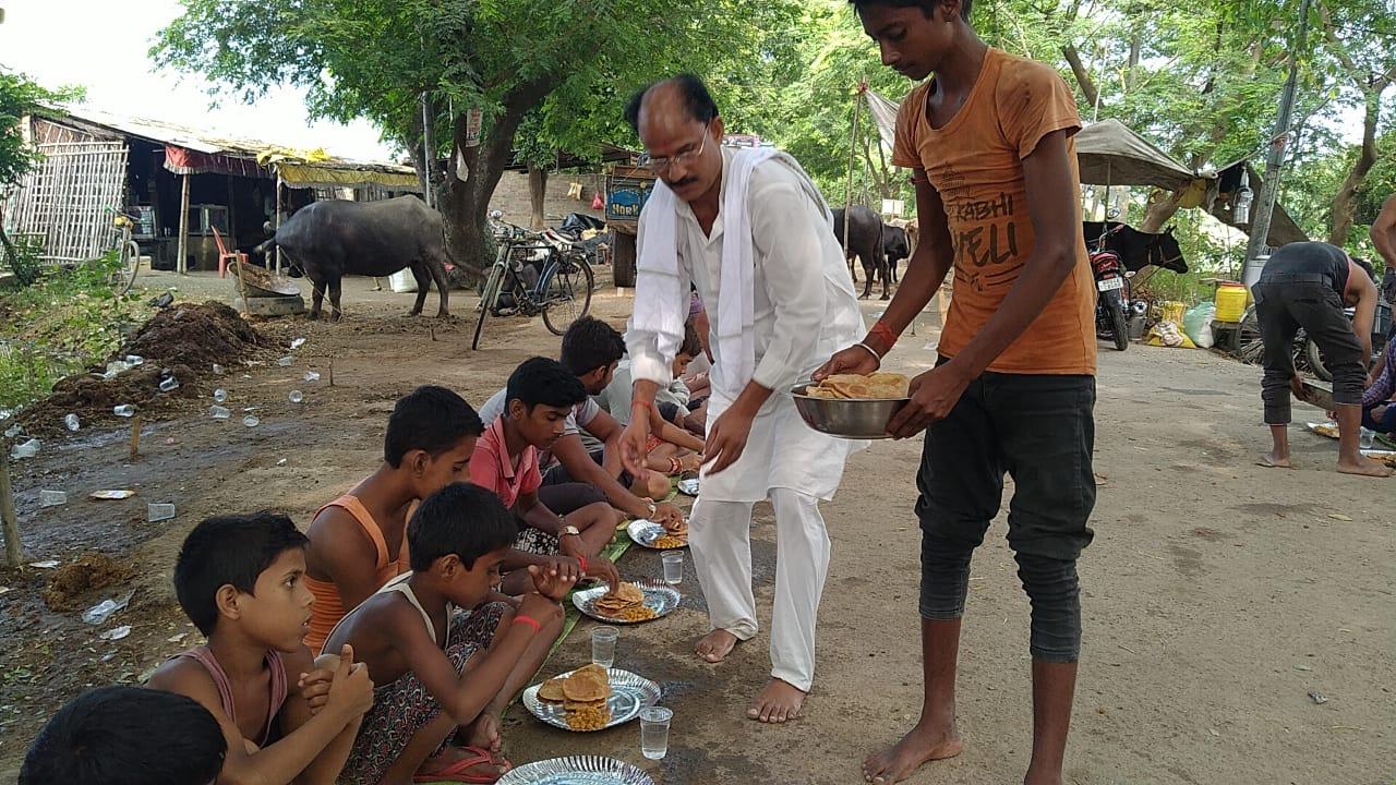 प्रशासन द्वारा सामुदायिक किचेन बंद करने पर समाजसेवी ने शुरू कराया पूरी जलेबी सब्जी का भण्डारा