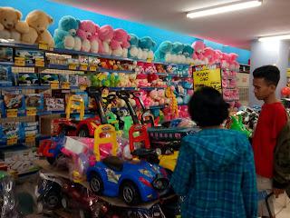 Membeli mainan untuk anak