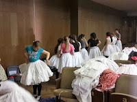 11. Sorbanállás a ruhákért.jpg