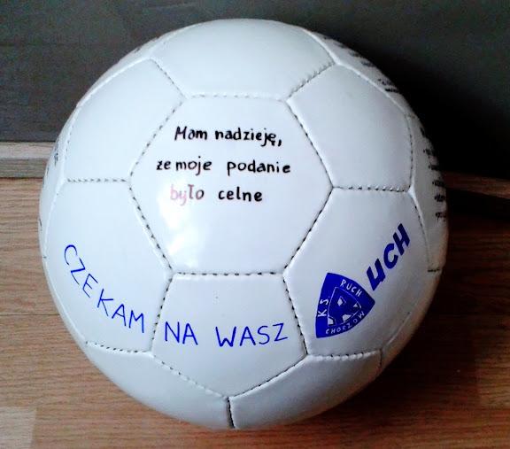 Chico busca empleo en un club de fútbol soccer y envía su currículum en un balón