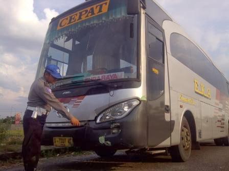 Tabarakkan yang melibatkan Bus Eka dengan sepeda motor terjadi di Jalur Ngawi-Solo