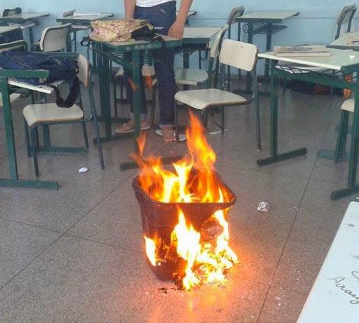 Fogo em lixeira na sala de aula.
