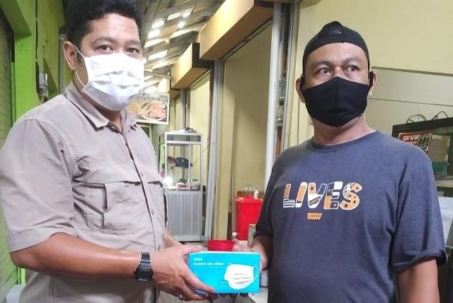 Satgas Covid-19 Mandiri Bagikan Masker di Pasar Besar