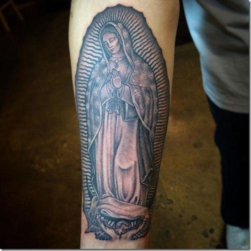 tatuaje_de_nuestra_señora_de_guadalupe_en_tonos_de_gris_en_el_brazo