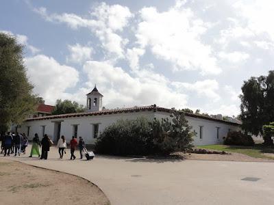 En hvit kirke i meksikansk stil.