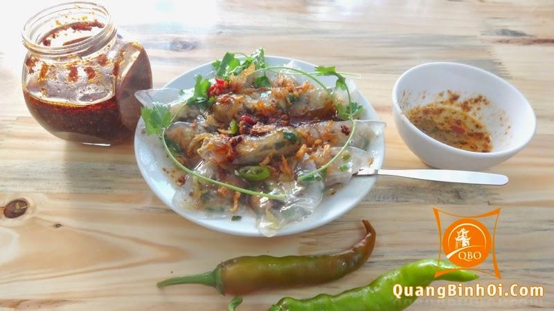 Bánh lọc trần ăn cùng nước chấm có ớt xanh và ớt chưng tùy khả năng ăn cay của từng người