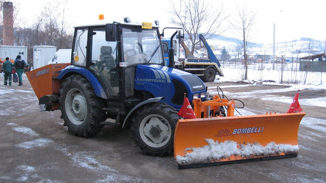 Activitatea de deszapezire - tractor.jpg