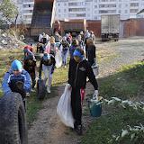 Дети собрали бытовой мусор у ГСК 112 и комплекса Пушка и уносят с их территории.  Горы строительного мусора остались - ребятам они не по силам