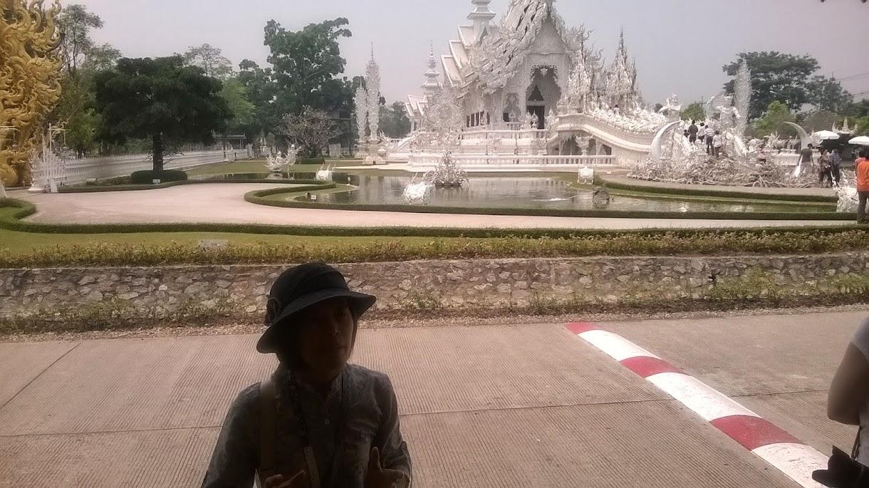 Unsere Reiseleiterin Mu vor den Weißen Tempel