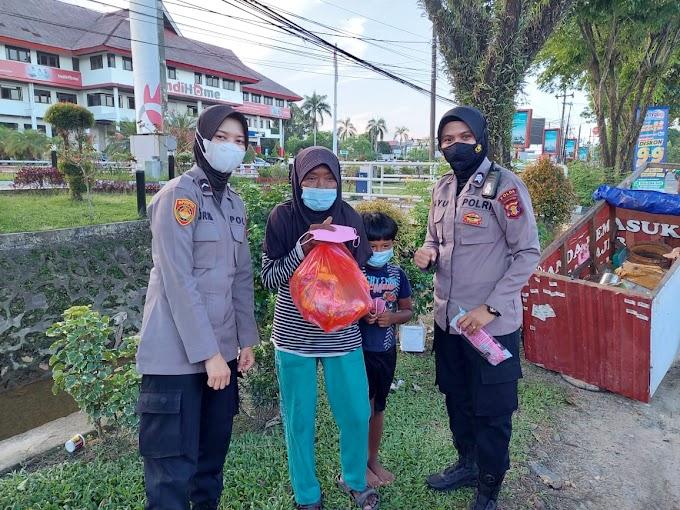 Jum'at Berkah, Polwan Kaltim Bagikan Sembako Pada Masyarakat Terdampak Covid-19
