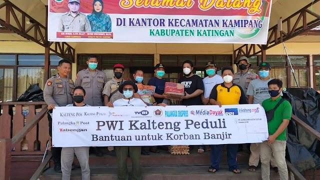 Peduli Korban Banjir, PWI Kalteng Salurkan Bantuan Sembako