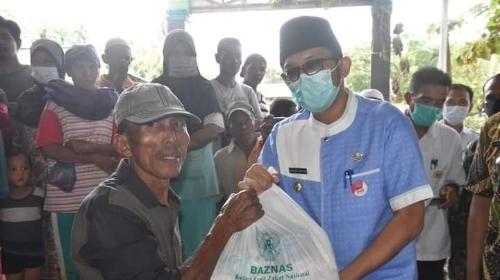 Wako Hendri Septa Serahkan Paket Sembako Untuk Warga Sekitar TPA Air Dingin