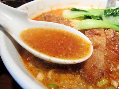 排骨担々麺のスープは動物系ベース